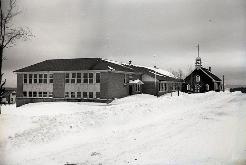 Vue de l'école et de l'église de Saint-Daniel